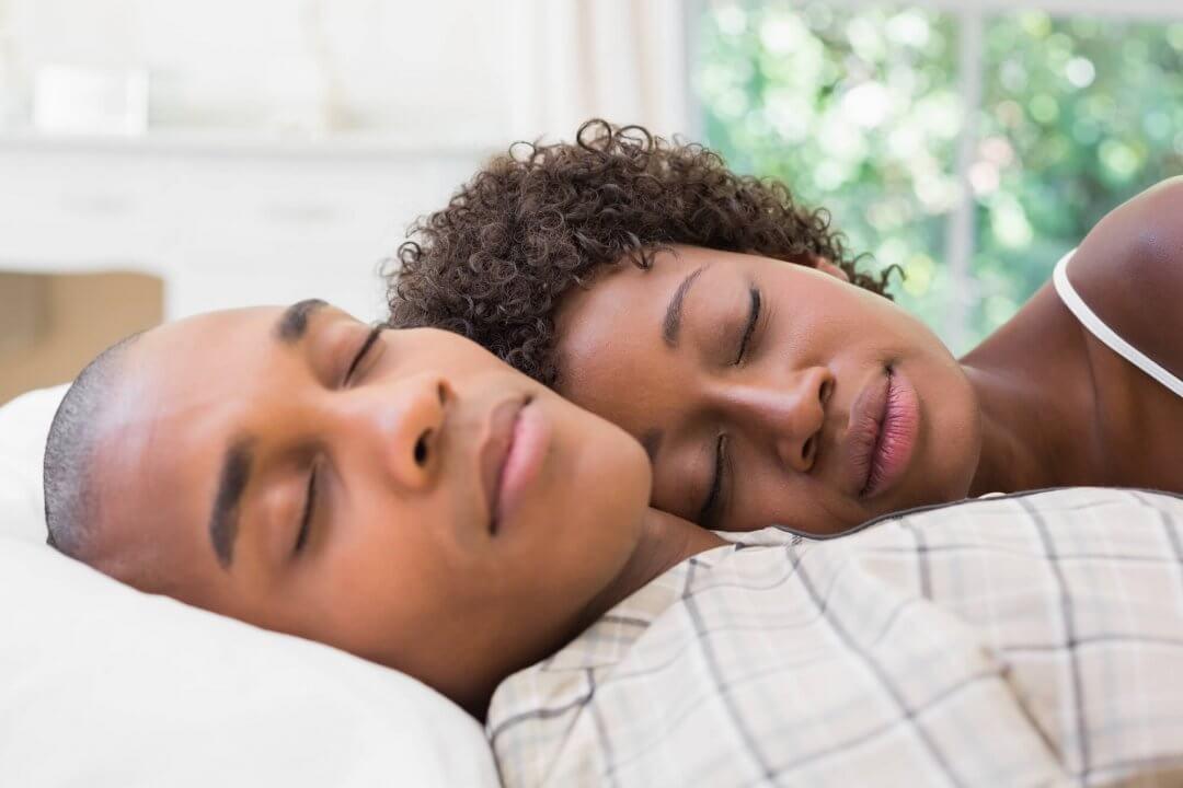 Casal dormindo em um Americanflex
