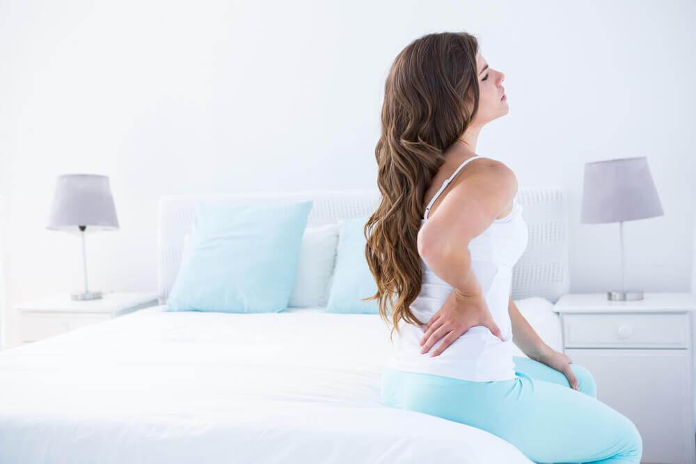 Mulher com dores nas costas