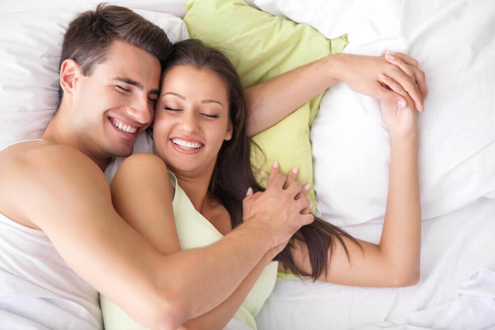 Casal Dormindo e Sorrindo